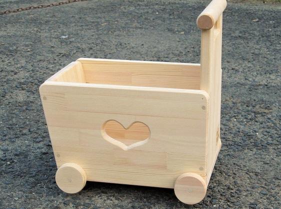 H210_0012 手作り木製おもちゃも運べる手押し車(片面透かし)